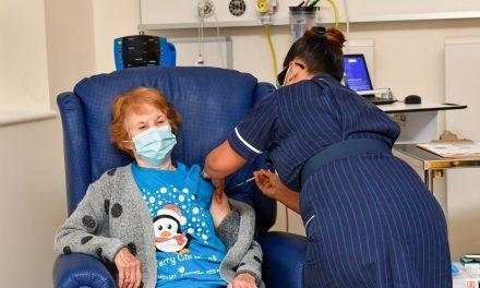 Idosa de 90 anos é a primeira a ser vacinada contra Covid no Reino Unido