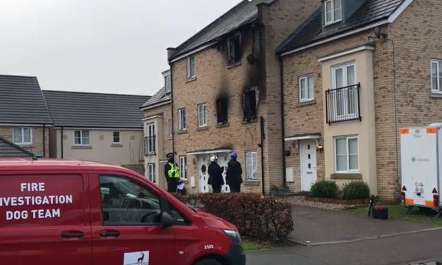 Inglesa pula de janela para se salvar de incêndio, mas dois filhos morrem