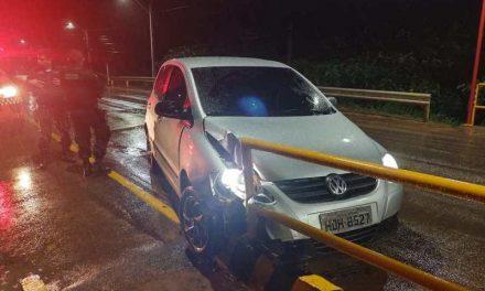 Motorista com sinais de embriaguez colide veículo contra a proteção de ponte em Tailândia
