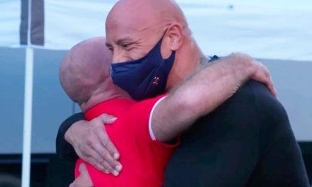 Dwayne Johnson leva amigo às lágrimas ao retribuir ajuda dada no início da carreira