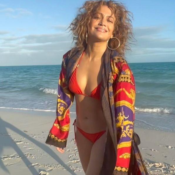 Aos 51 anos, Jennifer Lopez exibe bumbum avantajado ao dar 'puxadinha' em biquíni