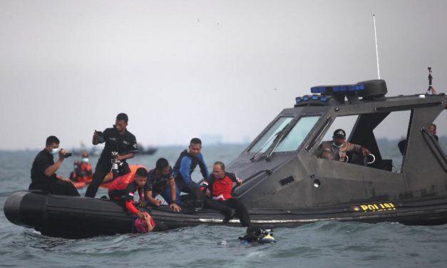 Mergulhadores buscam caixas-pretas do Boeing que caiu na Indonésia