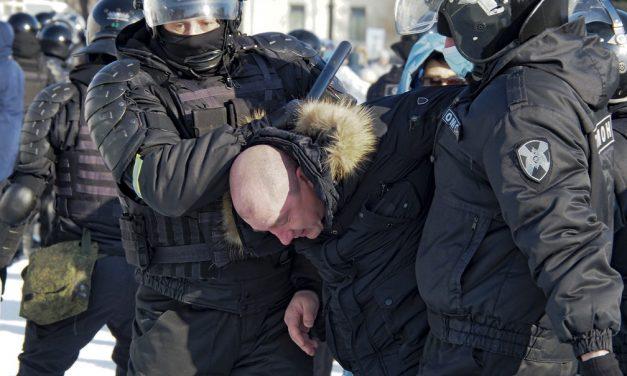 Apoiadores de Navalny protestam contra a prisão de opositor de Putin