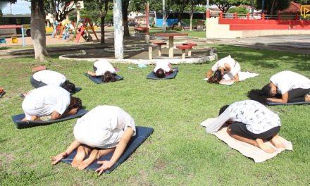 """Projeto """"Yoga Para Todos"""" atende crianças e adolescentes em Tailândia"""