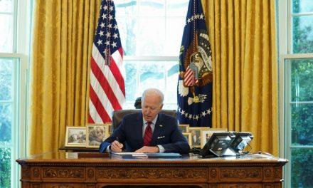 Biden desfaz legado de Trump na saúde com decretos sobre Obamacare e acesso ao aborto
