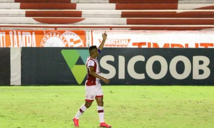 Jorge Henrique faz gesto obsceno para torcedores do Náutico em prédio, após jogo nos Aflitos