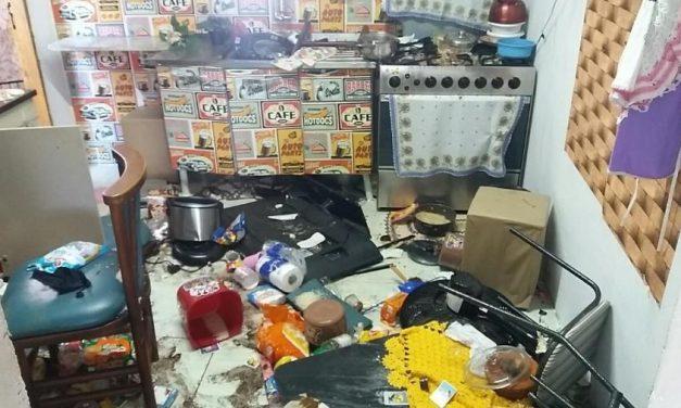 Vizinhos invadem e depredam casa onde menino era mantido em barril