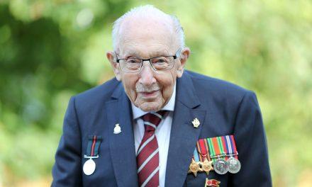 Reino Unido fará aplauso nacional para veterano de 100 anos vítima da covid