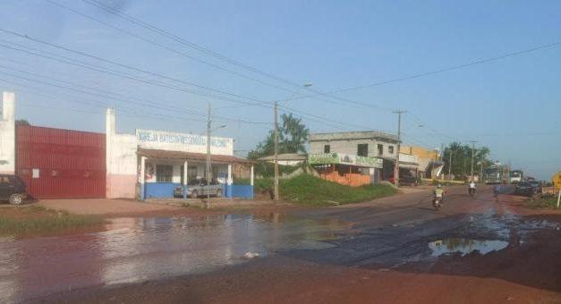Motoristas reclamam de buraco e alagamento de rodovia em Moju