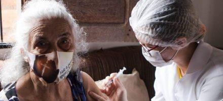 Idosos acamados a partir de 80 anos são vacinados contra Covid-19