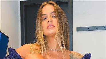Ex-BBB Carol Peixinho exibe corpão definido ao posar de biquíni azul em piscina