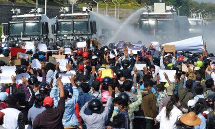 Polícia usa balas de borracha e gás lacrimogêneo contra manifestantes em Mianmar