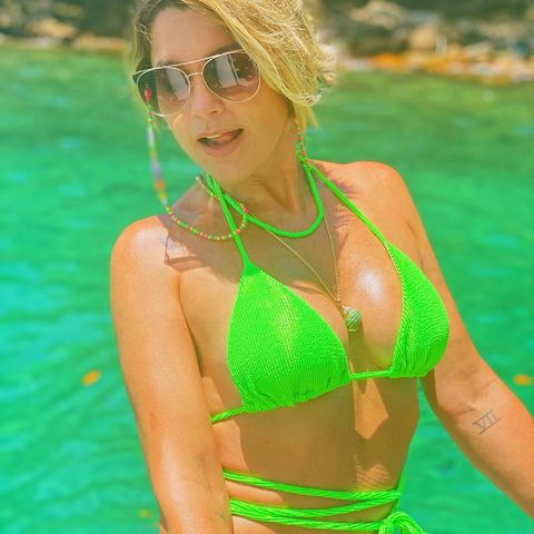 "Flávia Alessandra posa de biquíni neon e arranca elogios da web: ""Que sereia"""