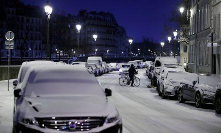 Região parisiense registra quase 300 km de engarrafamento devido à neve