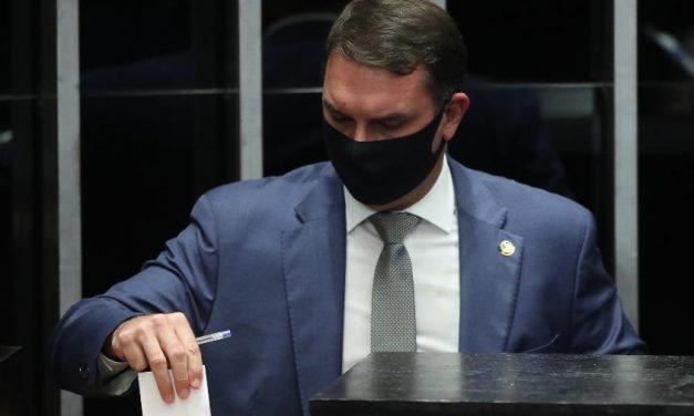 Deputados querem CPMI para investigar ajuda da Abin a Flávio Bolsonaro