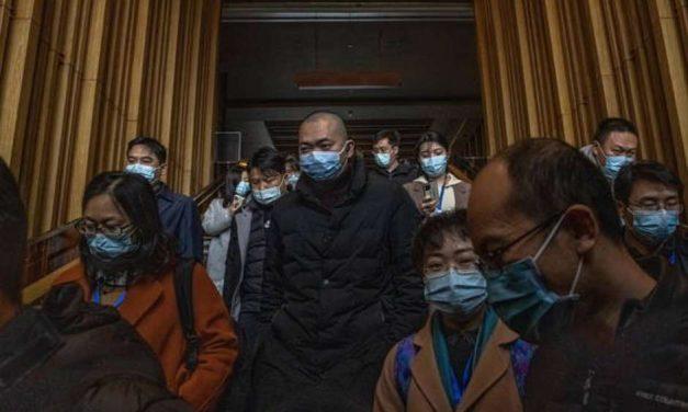China negou dados de casos iniciais à OMS, diz membro de comitê