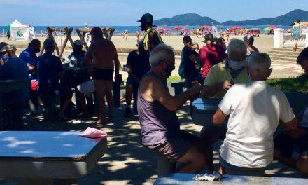 """""""Essa doença não existe"""": turistas evitam máscara em feriado de praia cheia"""