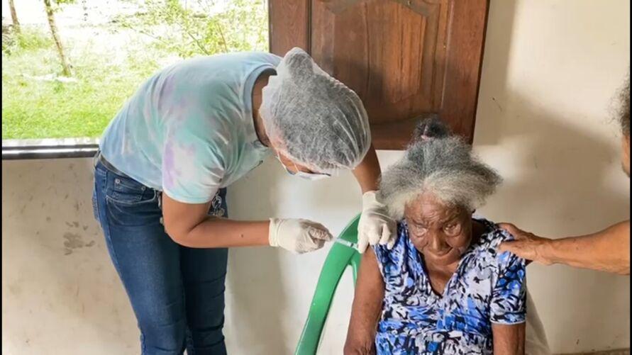 Aos 120 anos, paraense é vacinada contra a Covid-19