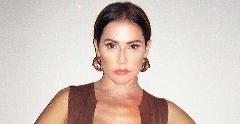 Com maiô de mais de R$ 2 mil, Deborah Secco sensualiza em fotos e para tudo