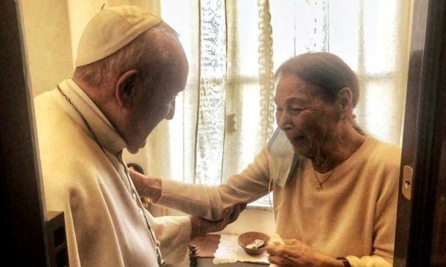 Papa Francisco visita sobrevivente de Auschwitz em Roma