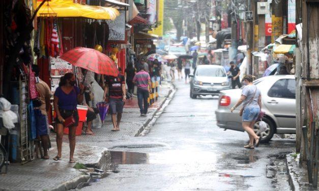 Mesmo com chuva, a venda de sombrinhas, capas e guarda-chuvas ainda não esquentou