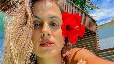 Carol Peixinho mostra curvas bronzeadas em clique sexy na praia