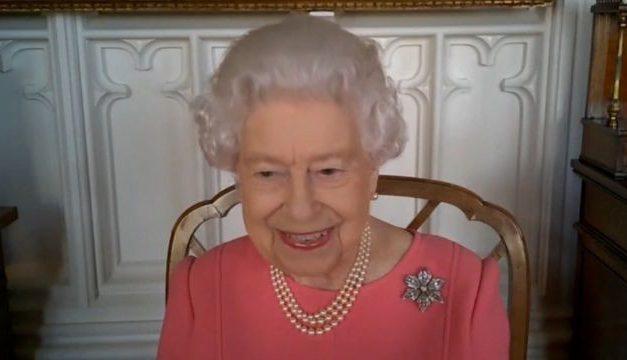 Vacina contra Covid: rainha Elizabeth II pede que britânicos 'pensem nos outros' e se imunizem