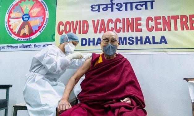 Dalai Lama é vacinado contra covid-19 e incentiva imunização: 'muito útil'