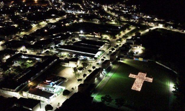 Moradores de cidade na BA acendem quase 2 mil velas em estádio para homenagear vítimas da Covid-19: 'São vidas'