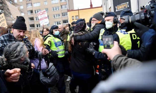 Polícia da Suécia acaba com manifestação contra restrições