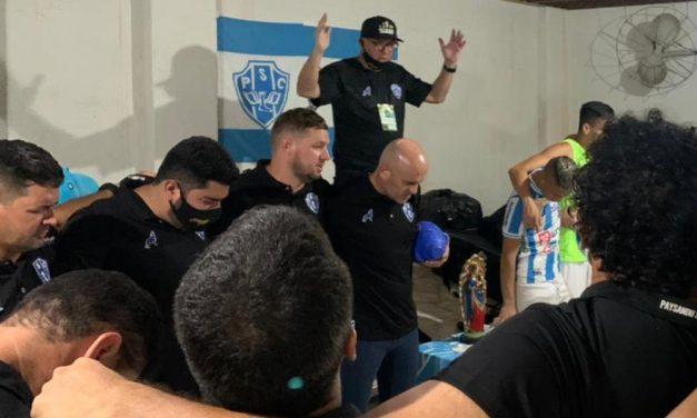 Julinho aparece abraçado a técnico em momento de oração e presidente faz o Pix de R$ 700 por vitória