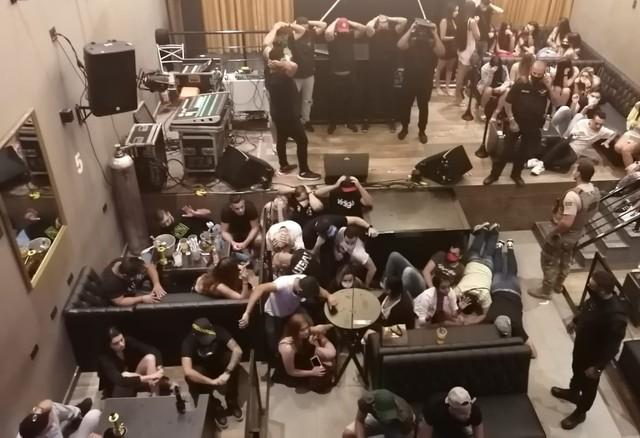 Polícia interrompe festa clandestina e detém mais de 150 jovens na Zona Leste de SP em meio ao novo pico da pandemia