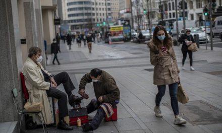 Vergonha, frustração e sonhos remotos nas 'filas da fome' em Madri
