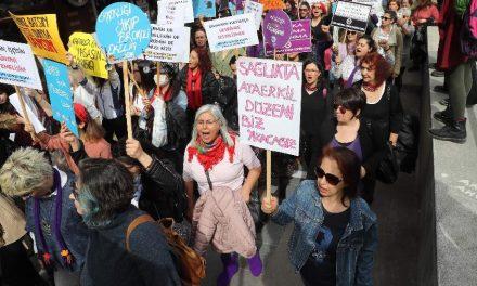 Turquia provoca indignação ao se retirar de tratado que protege mulheres