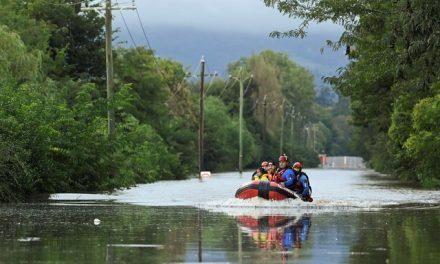 Australianos isolados por inundações são resgatados de lancha e helicóptero