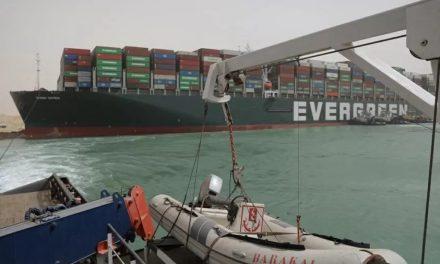Canal de Suez suspende temporariamente navegação por causa de navio encalhado
