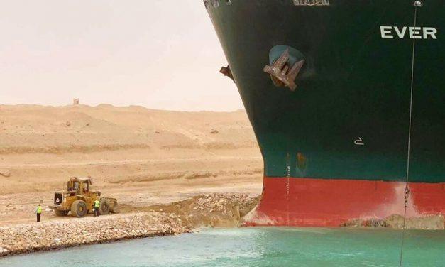 Navio encalhado no Canal de Suez: por que incidente pode piorar crise econômica global
