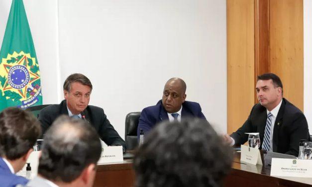 Bolsonaro prepara corte em área social para dar cargos a padrinho de Flávio