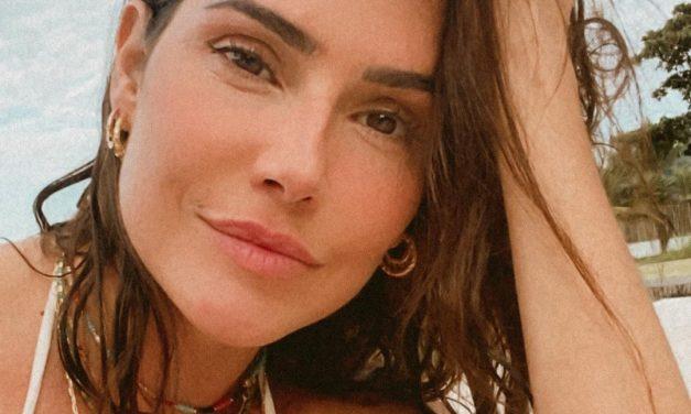 """Aos 41 anos, Deborah Secco posa de biquíni e impressiona a web: """"Deusa"""""""