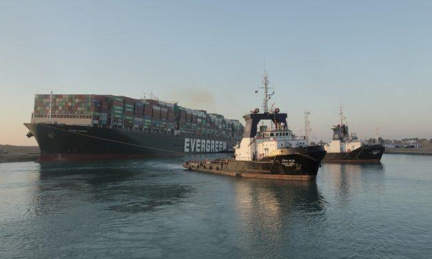 Meganavio encalhado no Canal de Suez volta a navegar após 6 dias