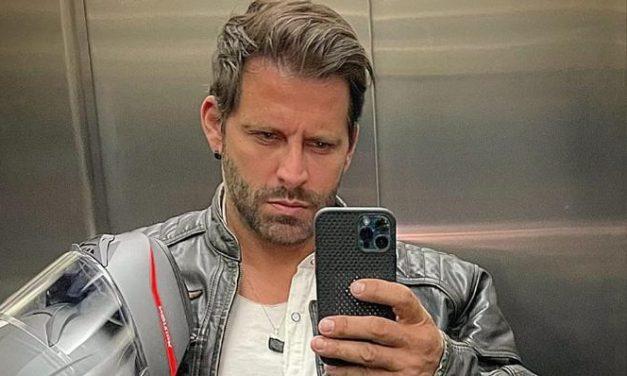 """Henri Castelli posa com look despojado e arranca elogios de fãs: """"O homem mais lindo da TV"""""""