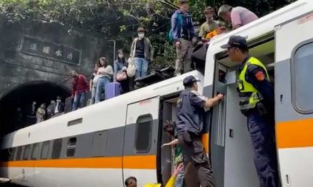Trem descarrila em região turística de Taiwan e deixa pelo menos 48 mortos
