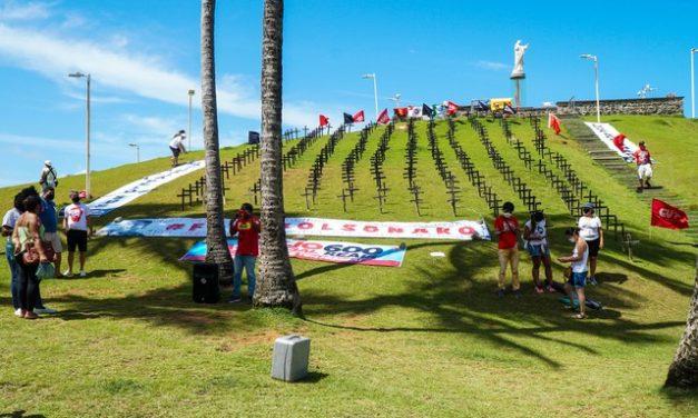 Manifestantes fincam cruzes no Cristo da Barra para lembrar vítimas da Covid-19