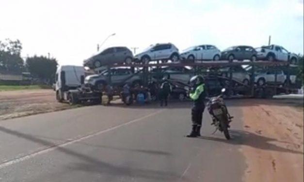 Carreta do tipo cegonha interdita PA-150 em Moju