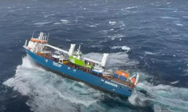 Tripulantes pulam de navio em risco de naufrágio na Noruega; assista