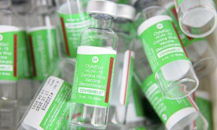 Após raros casos de coágulos, agência europeia mantém recomendação para vacina de Oxford