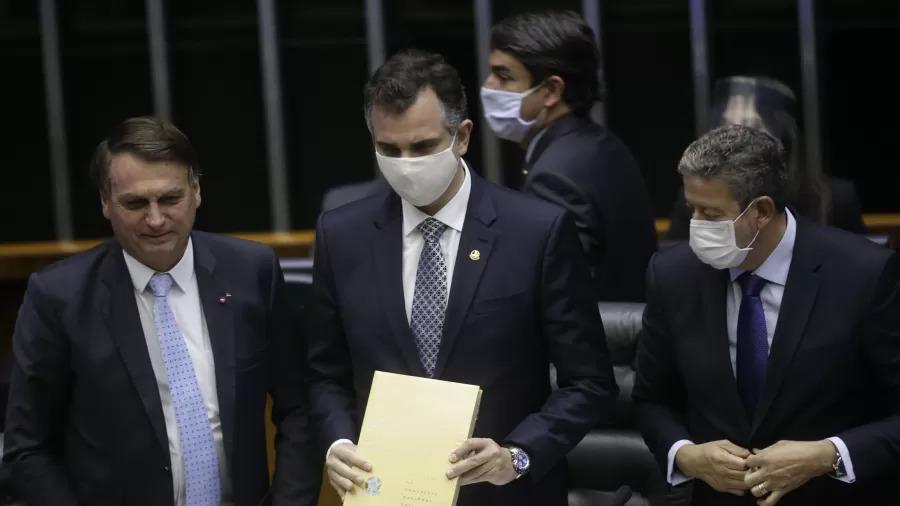Lei para furar fila da vacina sugere acordo sujo de Bolsonaro com Congresso