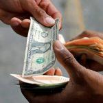 Crise na Venezuela: dolarização informal da economia cria mercado de troco no país
