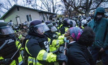 40 são presos no 2º dia de protestos após morte de jovem negro nos EUA