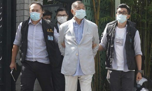 Em Hong Kong, magnata da imprensa pró-democracia é condenado a doze meses de prisão